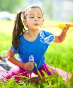 Девушка дует на пузыри