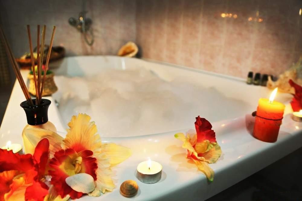 Известно, что горячая ванна помогает расслабиться после напряженного дня.