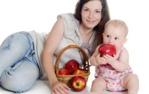 Малыш и корзина яблок