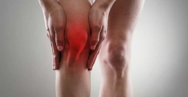 Возможные причины боли в колене при ходьбе и описание их лечения