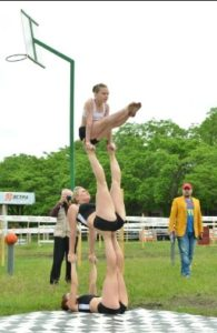Три гимнастки
