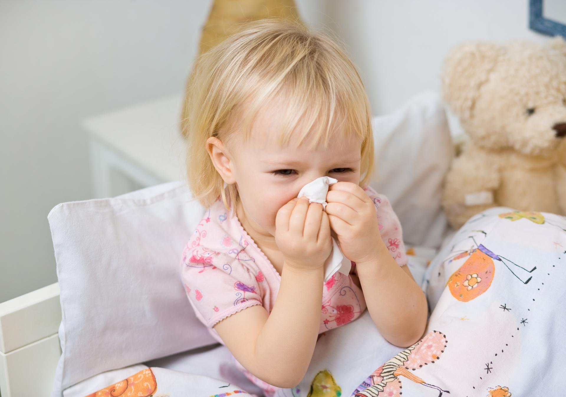 Болезнь сопровождается заложенностью носа, в результате чего малышу приходится дышать через рот. Если ОРЗ осложняется воспалением в области горла, апноэ становится более отчетливым.