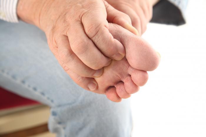 Зуд пальцев ног причиняет сильный дискомфорт