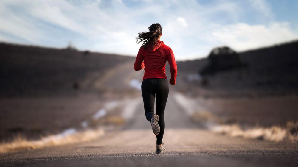 умеренная подвижность в течение дня, посильные занятия спортом, прогулки на свежем воздухе,