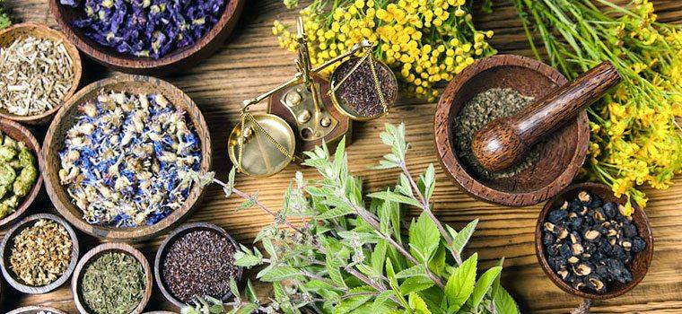 Рецепты на основе растительных компонентов абсолютно безопасны для людей, не склонным к аллергическим реакциям, поэтому считаются лучшими средствами для борьбы с бессонницей в домашних условиях.