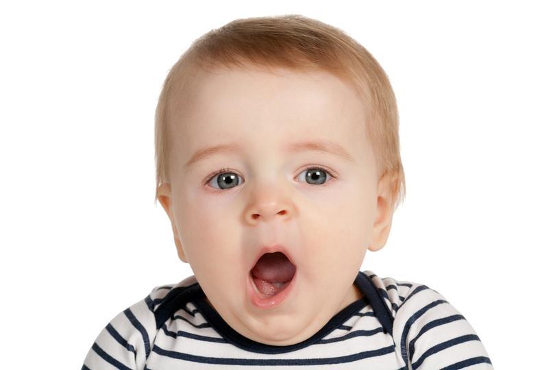 Зевота у маленьких детей обуславливается целым рядом причин. Обычное периодически повторяющееся явление