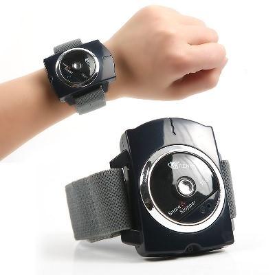 Компактное электронное устройство китайского производства, справляющееся с храпом на ранних стадиях развития симптома. По внешнему виду «Стоп-храп» напоминает часы – он также крепится на запястье. Под корпусом управления расположены небольшие электроды, проводящие ток, а в сам аппарат встроен настраиваемый микрофон.