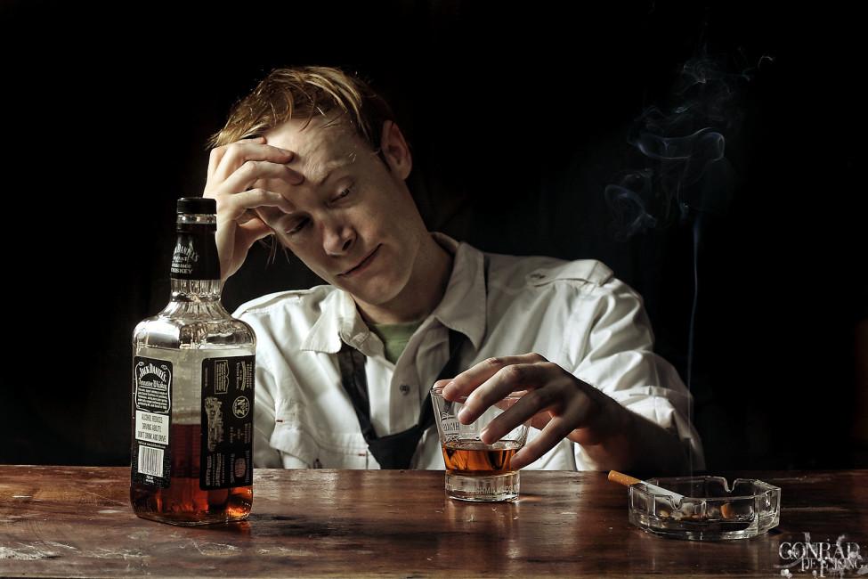 У запойных алкоголиков такие состояния организма как повышенная тревожность, постоянная напряженность, беспокойство и страх – обычное явление. Это обуславливается перевозбуждением нервной системы, которое поддерживается постоянно под влиянием этилового спирта.