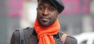 Человек в шарфе