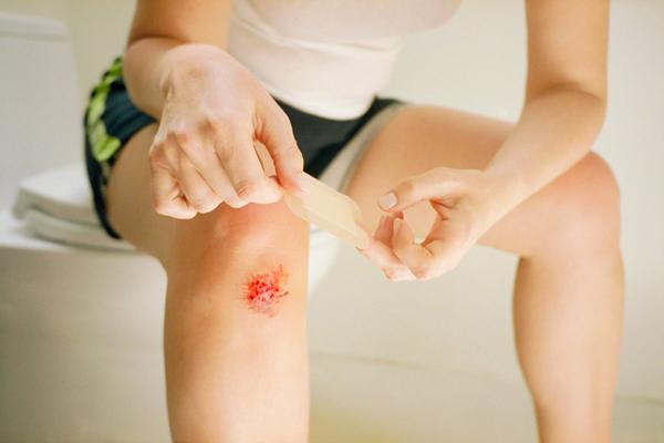 Эффективное лечение в домашних условиях ушиба колена при падении