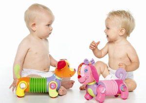 Дети и яркие игрушки